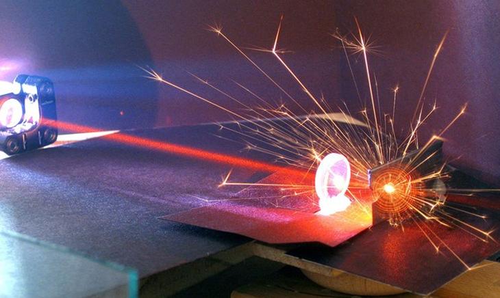 tia laser trong máy cắt laser (1)